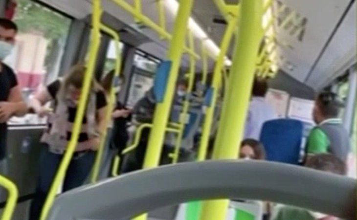 La viajera se enfrentó a quienes le exigían que bajara del autobús