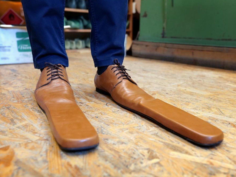 Zapatos gigantes: el invento de un zapatero rumano para garantizar la distancia social