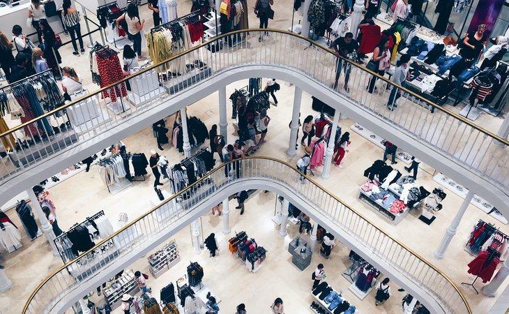 La firma apuesta por tiendas de gran tamaño en lugares emblemáticos como el centro de las ciudades para que el consumidor conozca sus prendas y después las compre a través de internet