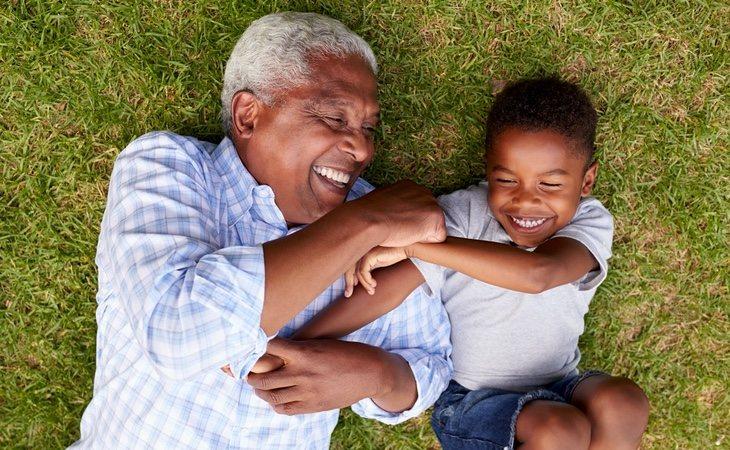 La risa permite soltar la tensión acumulada cuando empezamos a percibir las cosquillas y regular el cuerpo a base de endorfinas