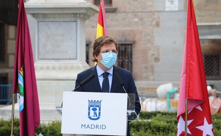 Almeida se ha dejado 50.000 euros en banderas en solo cinco meses