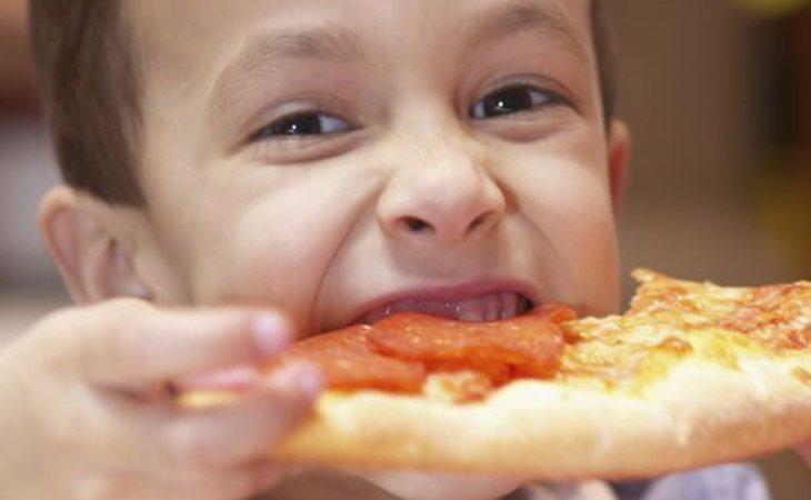 Los niños más vulnerables de la Comunidad de Madrid estuvieron un mes y medio con menus de Telepizza