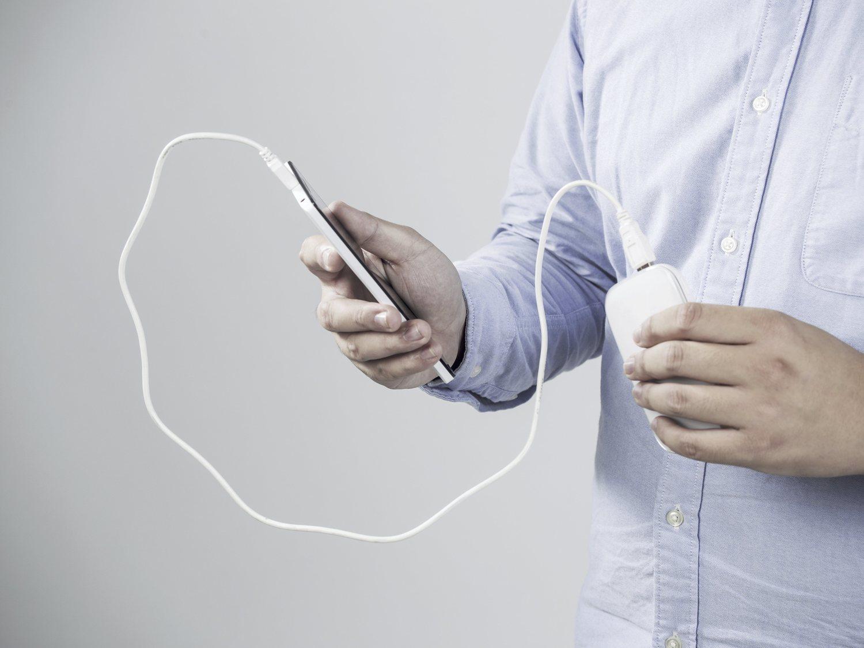 Se inserta un cargador del móvil a través del pene y termina en urgencias