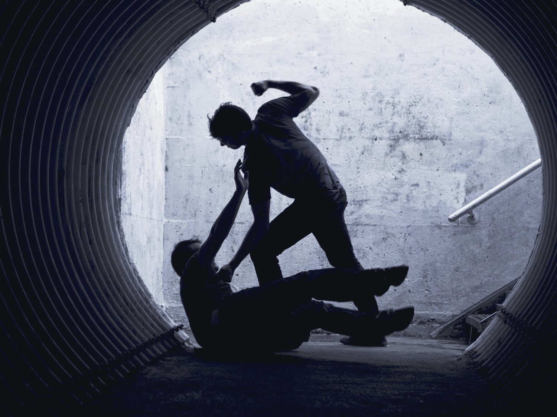 Graban una paliza al ladrón que intentó robar una cadena de oro a un anciano en Barcelona