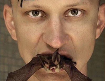 Se come un murciélago vivo ante la cámara para protestar contra las farmacéuticas