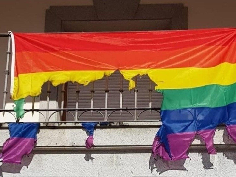 Queman la bandera LGTBI colocada en el Ayuntamiento de Ajofrín (Toledo)