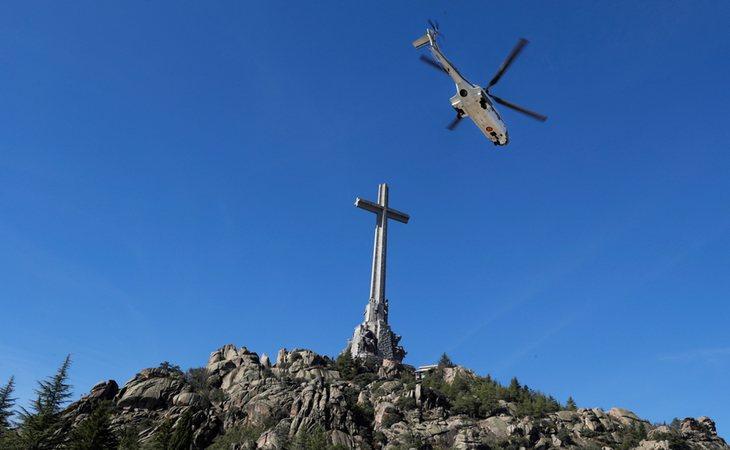 Los restos de Franco fueron trasladado por aire del Valle de los Caídos al cementerio de Mingorrubio
