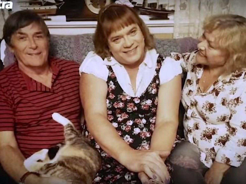 Se divorcia a los 52 años, abandona a sus hijos, declara ser una niña de seis y termina adoptada