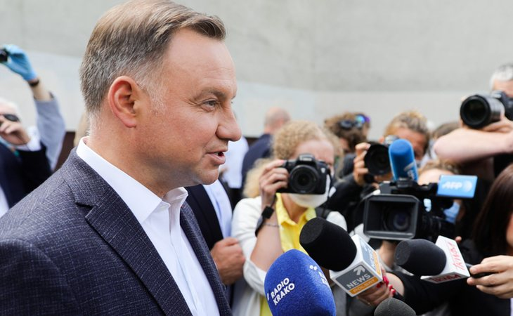 Andrzej Duda, reelegido presidente de Polonia, atendiendo a los medios de comunicación durante la jornada electoral