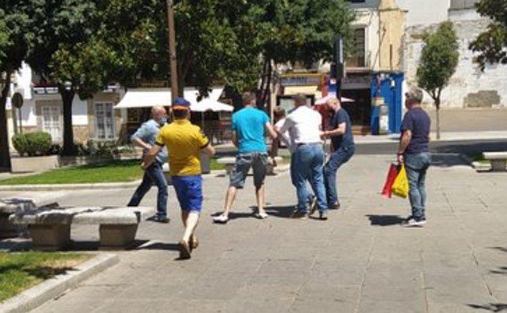 Momento de la agresión homófoba por parte de seis militantes de VOX en Don Benito