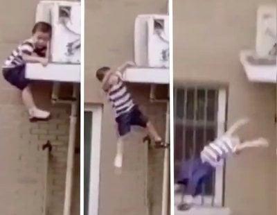 Un hombre salva la vida de un niño de dos años tras caer de un quinto piso