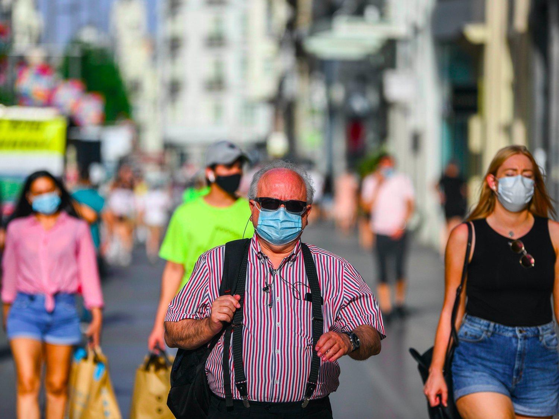 Madrid lanza una cartilla COVID-19 e impone la mascarilla