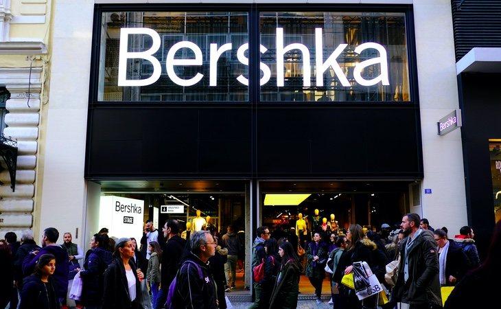 La mejor forma de enviar el currículum a Bershka se encuentra en su plataforma de internet, aunque también se puede entregar en tienda