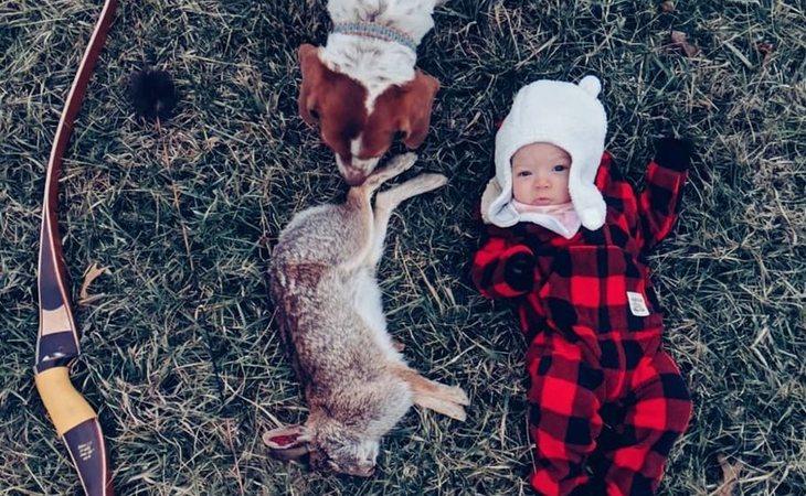 La madre fotografía a su hija junto a los cadáveres de los animales que caza