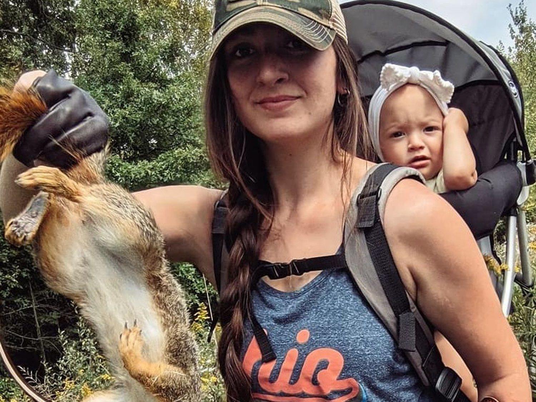 """Una madre sale a cazar con su hija de 2 años """"para que lo vea como algo normal"""""""