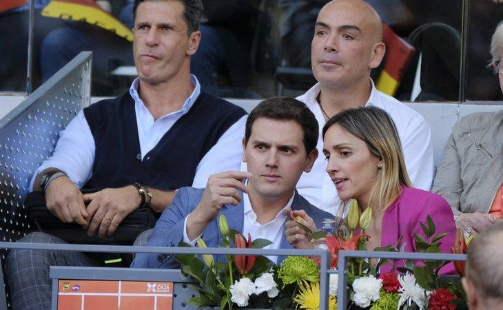 Albert Rivera y Beatriz Tajuelo, en un encuentro de tenis en la Caja Mágica delante del empresario Kike Sarasola