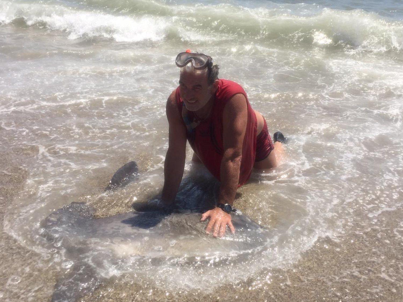 Denunciado por aplastar y ahogar a un pez luna, especie en extinción, en Roquetas de Mar