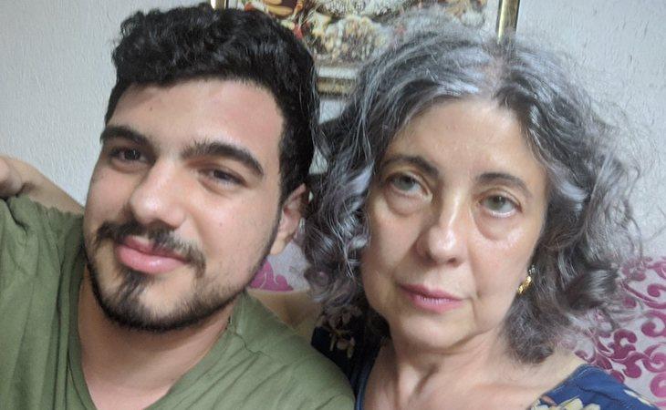 Isabel, de las vecinas de Valencia de 'Callejeros', junto a su hijo en la actualidad