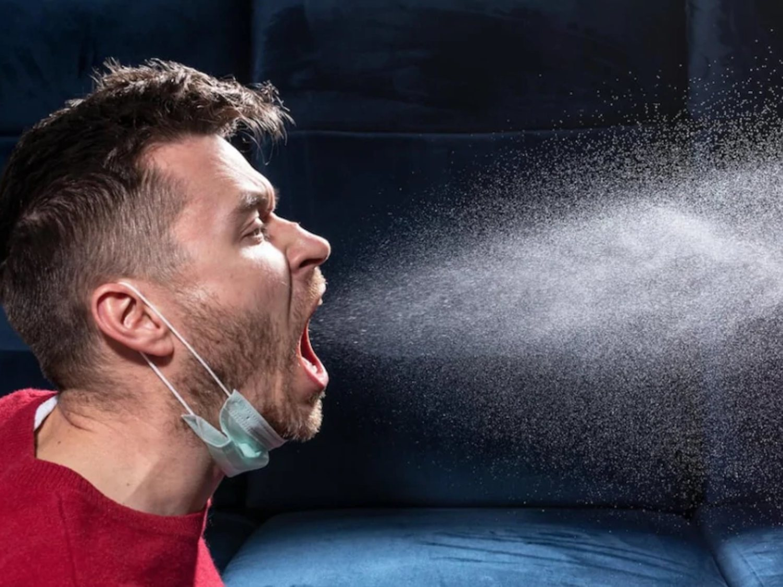 Descubren que las gotas de coronavirus alcanzan casi 5 metros de un contagiado