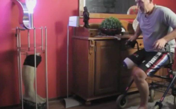 Leo Bonten junto a la lámpara de su pierna