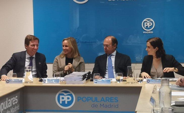 La salida de Pío García Escudero (izquierda de Ayuso) como presidente de la gestora podría desatar una guerra por controlar el partido