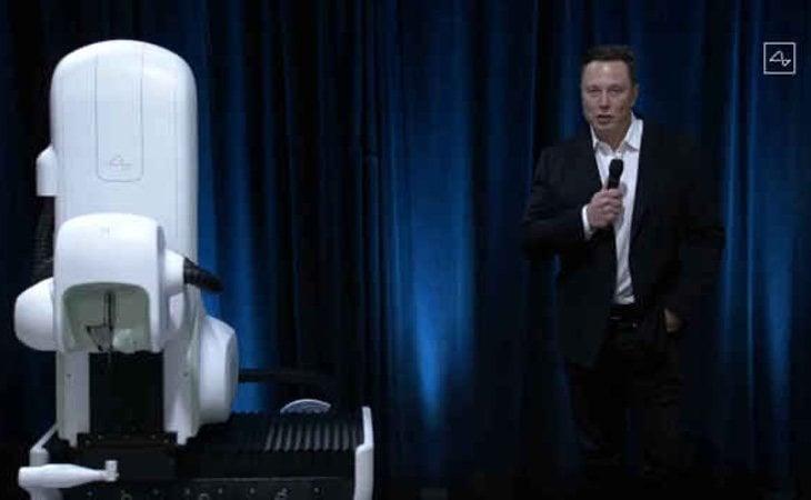 Musk, junto a la máquina que insertará los implantes cerebrales