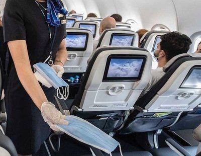 Tarda cuatro horas en comerse unas patatas en el avión para evitar ponerse la mascarilla