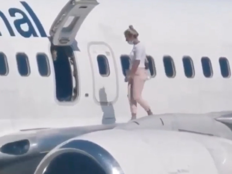 """Recorre todo el avión, abre la salida de emergencia y se pone a pasear por el ala: """"Tenía calor"""""""