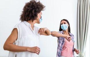 La OMS pide abandonar el choque de codos: así debemos saludar para evitar contagios