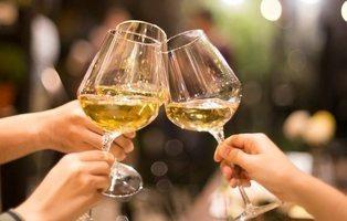 Los mejores vinos blancos del supermercado, según la OCU: como los caros, pero desde 3 euros