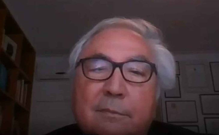 Manuel Castells realiza todo su trabajo desde su vivienda a través de videoconferencias