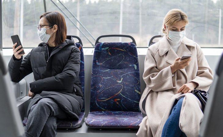 El transporte público cuenta con una elevada tasa de reposición de aire, pero es un lugar de riesgo para los contagios