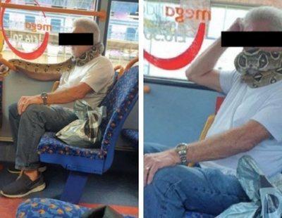 Sorprenden a un hombre usando una serpiente como mascarilla en un autobús