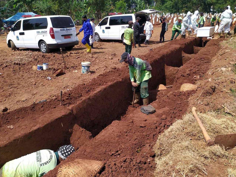 En esta región obligan a los antimascarillas a cavar las tumbas de los muertos por coronavirus