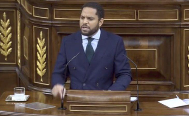 El diputado de VOX asegura que las diputadas del Gobierno 'usaron guantes morados para protegerse del coronavirus'. Es un bulo de la extrema derecha: ...