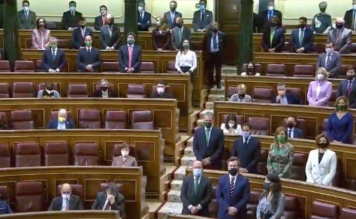Todos los diputados de VOX, en pie mientras Santiago Abascal sigue leyendo los nombres de las víctimas de ETA