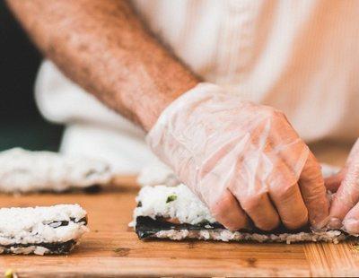 El desconocido peligro al que te enfrentas por utilizar guantes para manipular alimentos