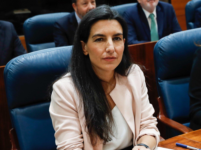 Rocío Monasterio abandona un minuto de silencio por una diputada del PSOE para irse a charlar con la prensa