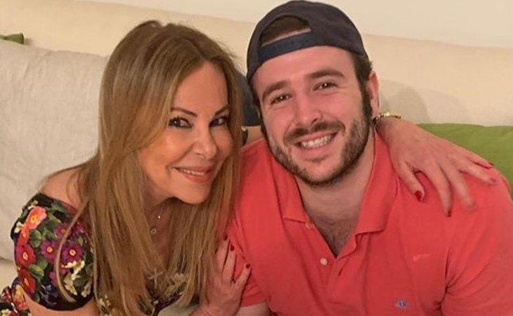 Ana García Obregón junto a su hijo Álex Lequio