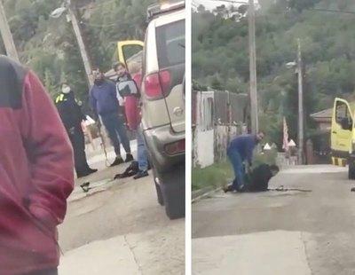 Graban a un policía de Barcelona asfixiando brutalmente a un perro ya inmovilizado hasta la muerte