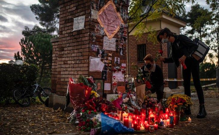 Homenaje improvisado en el lugar en el que tendría que estar la placa en recuerdo de Cristina Ortiz, La Veneno