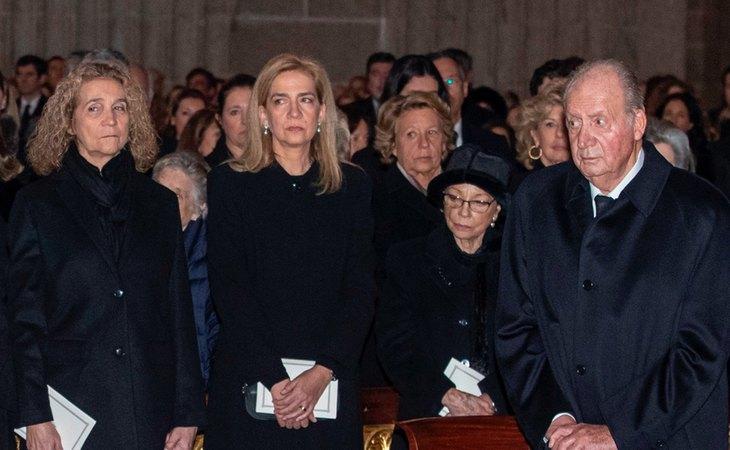El rey Juan Carlos, junto a sus hijas, las infantas Elena y Cristina