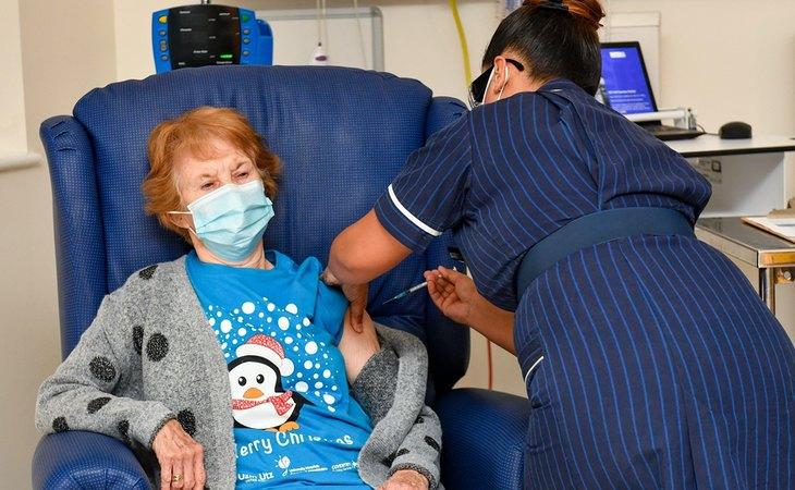 Maggie Keenan, de 90 años, primera persona del mundo en recibir la vacuna de Pfizer