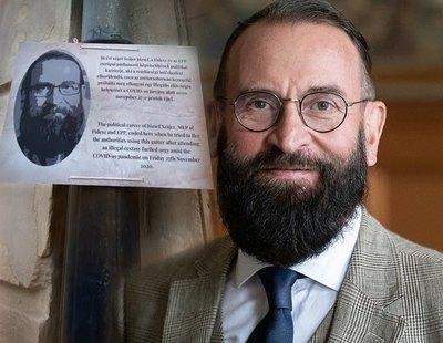 Colocan una placa conmemorativa en la cañería por la que intentó huir de la orgía el eurodiputado húngaro
