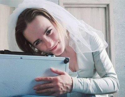 """Una mujer de 24 años se casa con un maletín: """"Estoy enamorada de él"""""""