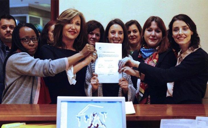 Irene Montero en 2018, junto a miembros del Grupo Parlamentario Confederal Unidos Podemos-En Comú Podem-En Marea en la presentación de la Proposición de ley sobre la protección jurídica de las personas trans