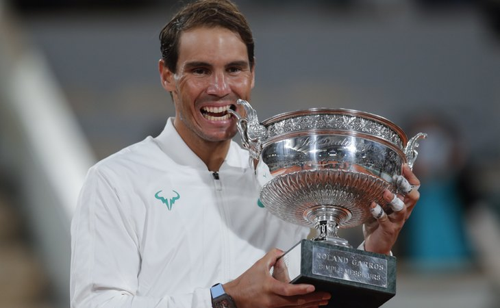 Rafa Nadal celebra su victoria en el Roland Garros mordiendo el trofeo
