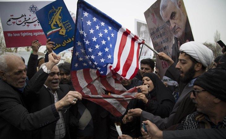 Manifestantes queman en Teherán la bandera de EEUU, responsable del asesinato del comandante iraní Qasim Soleimani