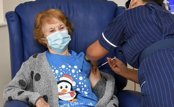 Maggie Keenan, de 90 años, primera persona en recibir la vacuna contra el coronavirus de Pfizer - BioNTech