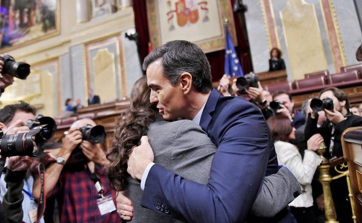 Abrazo entre Pedro Sánchez y Pablo Iglesias tras conseguir la mayoría en el Congreso para formar el primer Gobierno de coalición entre PSOE y Unidas Podemos